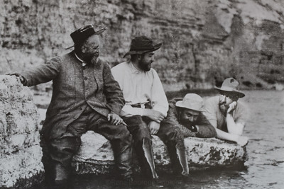 Rivière Jupiter 1905.  Henri Meunier à gauche et Martin Zédé à droite. près de menier, son neveu Georges.