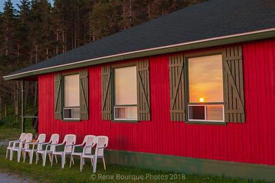 Chaises blanches vacantes-fenêtre-chalet patate-lever de soleil