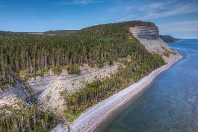 La falaise du Puyjalon et la chute en vol de drone. Rive nord d'Anticosti