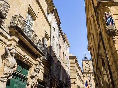 Des atalantes et une Vierge dans une rue menant à la tour de l'horloge