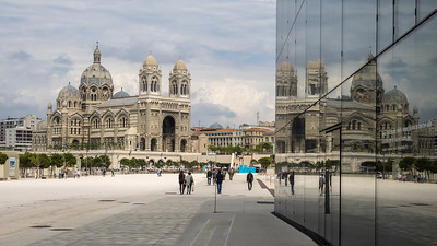 La cathédrale La Major se reflète dans la façade du Mucem