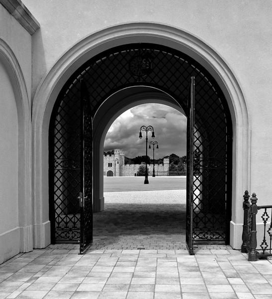 Arch-Gate-8371-LM1-B&W