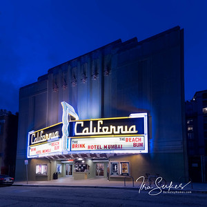 us-ca-berkeley-neon-deco-theater-california-theater-2113-kittredge-neon-glowing-night-twilight-right-1-01-HDR-Pano