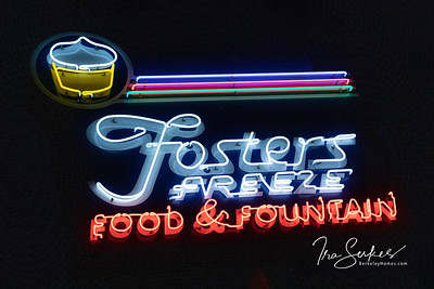us-ca-berkeley-neon-restaurant-cafe-cafeteria-diner-foster-freeze-1199-university-neon-glowing-night-02