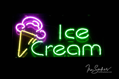 us-ca-berkeley-neon-restaurant-cafe-cafeteria-diner-iscream-1819-solano-neon-glowing-night-1