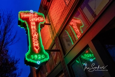 us-ca-berkeley-neon-bar-liquor-store-triple-rock-1920-shattuck-neon-glowing-night-twilight-right-up-reflection-01-HDR