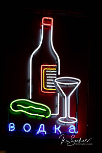 us-ca-berkeley-neon-restaurant-cafe-cafeteria-diner-sauls-1745-shattuck-neon-glowing-vodka-01