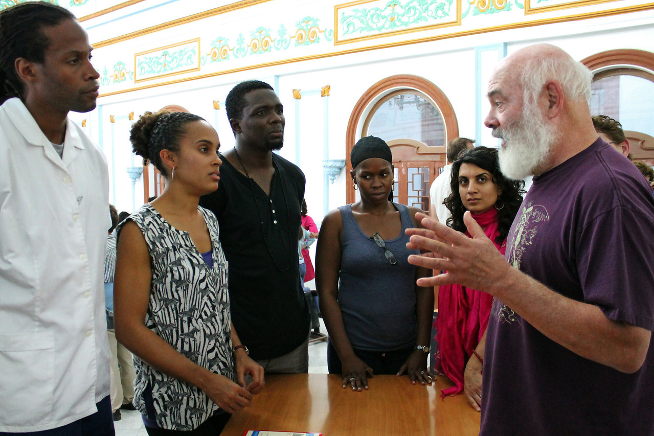 Dr. Weil speaks with American medical students studying at the Medical University of Havana. Cuba is known for its exceptional health care and achieves good outcomes despite little resources.