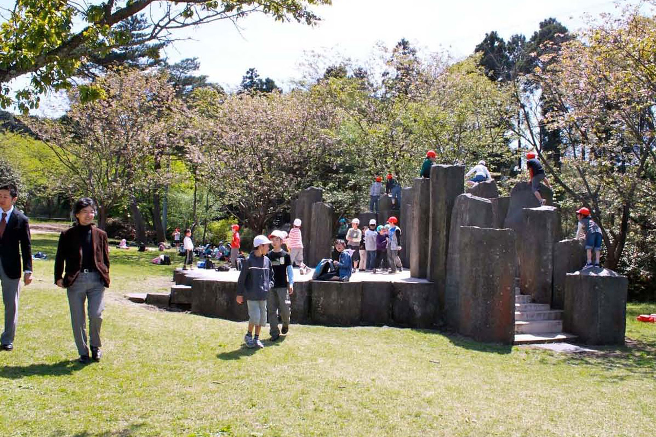 A volcanic stage! Hexagonal volcanic-stone pillars form a an outdoor stage, and a durable platform for children's games.