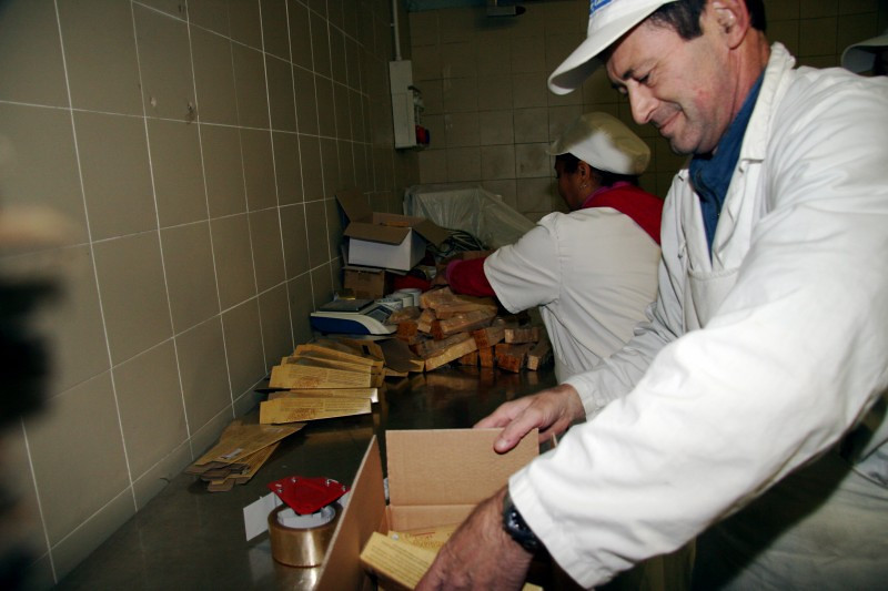 Hand-packing: The wedges are placed by hand into Lucini's unique box.