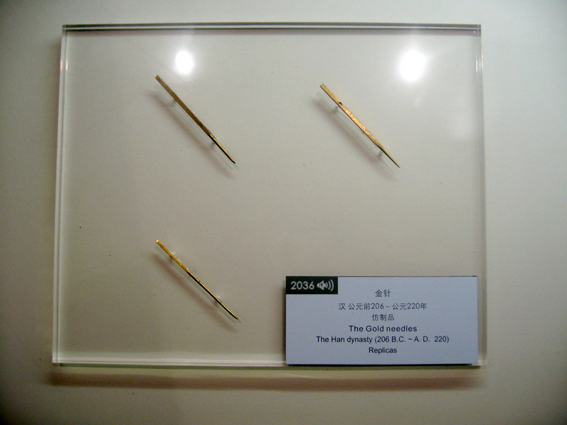Gold acupuncture needles! Once metalworking developed in ancient China, metal acupuncture needles soon appeared, made of iron, copper, bronze, silver or - as in this case - gold.