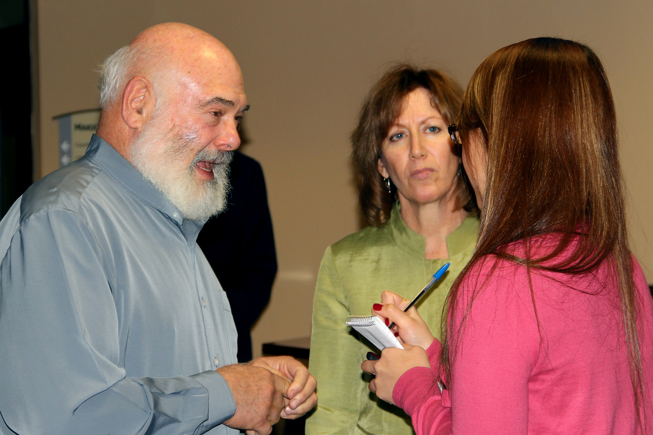 Dr. Weil and Dr. Maizes talk with reporters to discuss the benefits of the agreement between the Arizona Center for Integrative Medicine (AzCIM) and Maricopa County.