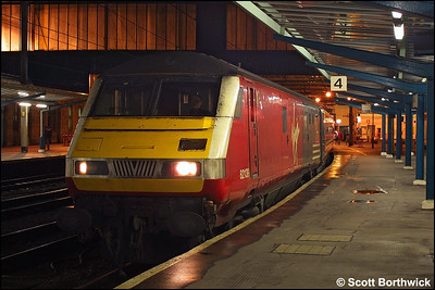 82139 awaits the road at Carlisle whilst leading 1M34 1649 Glasgow Central-London Euston on 28/11/2003.