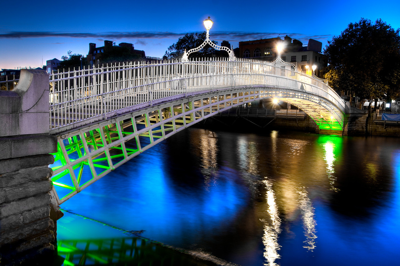 The ha'penny bridge in Dublin, Ireland, at night