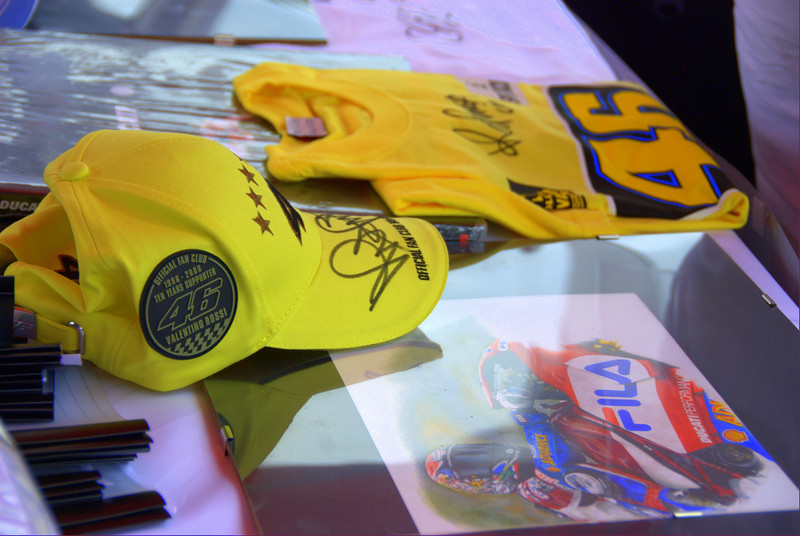 Rossi signed items are really hard to find but not today.  That beautiful Ducati print was donated by the very talented Silvio of the Lady Ducati DOC from Torino Italy