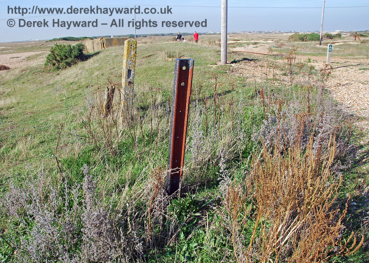 At the entrance to the old Dungeness Station platform a single vertical rail and fence post survive. 27.09.2008