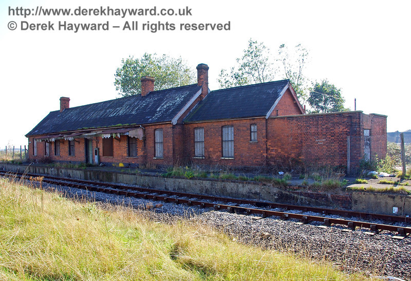 This more recent view, taken on 27.09.2008 and looking south towards Dungeness, shows the situation largely unchanged on the platform side of the station.