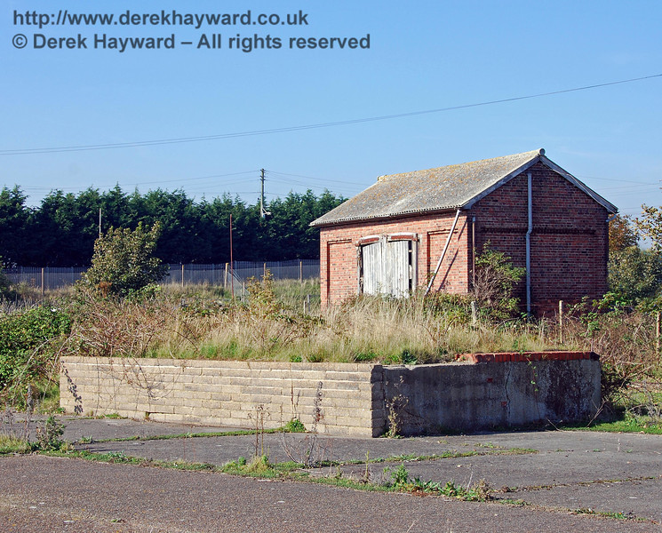 A closer view of the cattle dock, with the goods shed behind the hedge. 27.09.2008