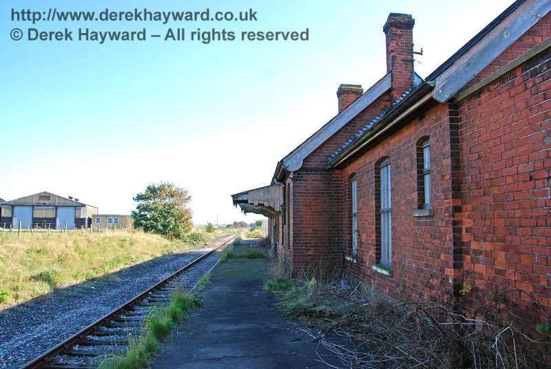 Looking south along the platform from the northern end of Lydd Town Station. 27.09.2008