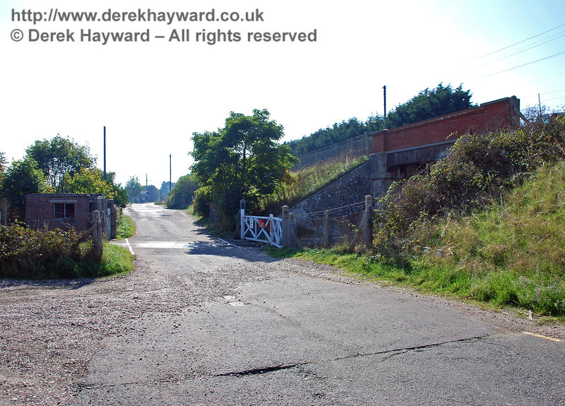 Lydd Town level crossing, looking west.  The unmade road on the left gives access to a farm. 27.09.2008