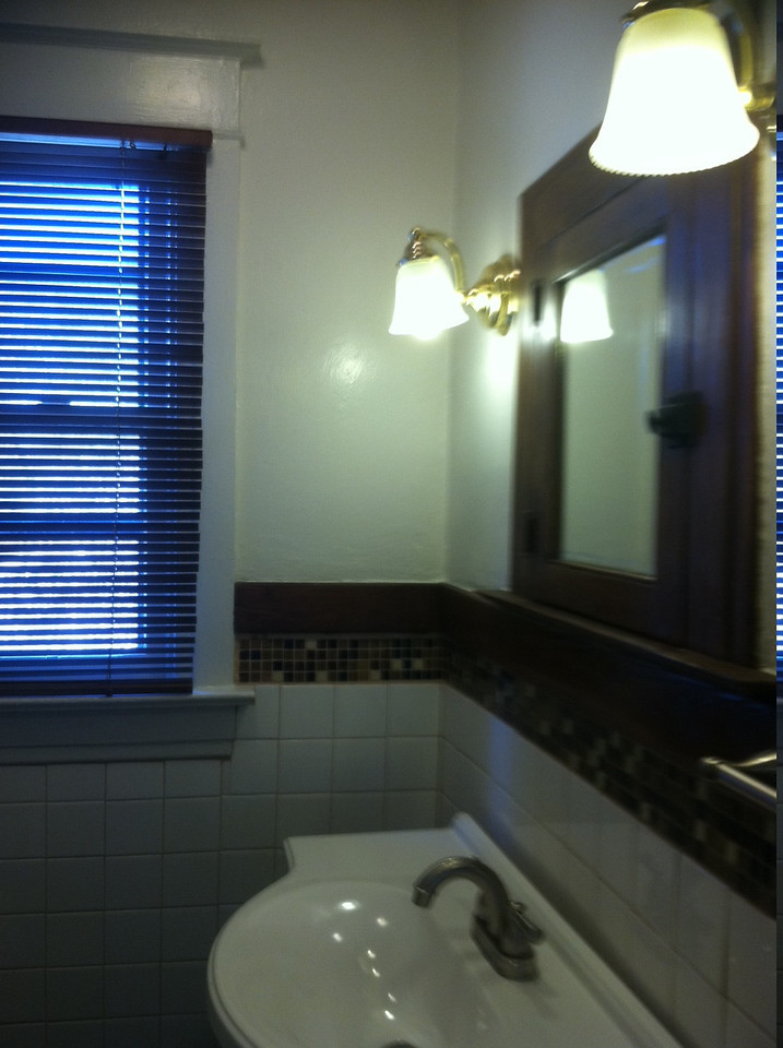bathroom sink/lights