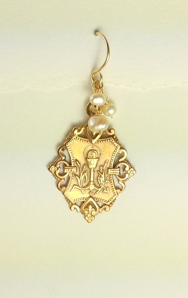 8-RM160-WP CO36  COMMUNION MEDAL EAR WITH WHITE PEARLS