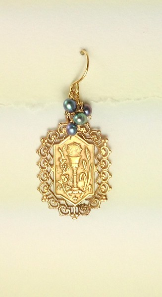 8-RM171-BP CO36  COMMUNION MEDAL WITH BLUE PEARLS
