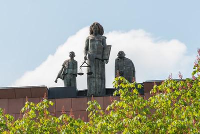 Figurengruppe von Ariel Ausländer DS auf dem Gerichtsgebäude am Mathildenplatz Darmstadt