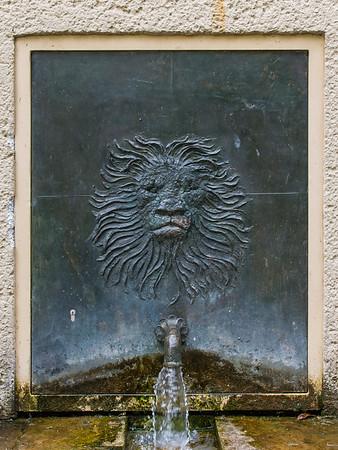 Gotthelf Schlotter DS, Dreibrunnen-Relief: Löwenkopf