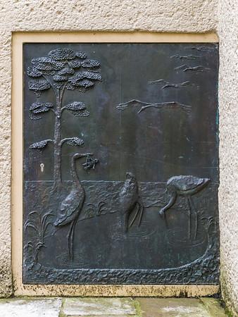 Gotthelf Schlotter DS, Dreibrunnen-Relief: Klapperstörche