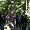 5. Internationaler Waldkunstpfad »Freiheit und Wildnis« vom 2.8.-26.9.2010 im Wald am Böllenfalltor, Darmstadt; Kuratorin Ute Ritschel bei einer Führung