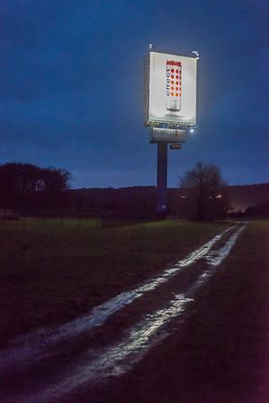 Leuchtreklame an der L3072 (A5, Ausfahrt 6, Homberg/Ohm), Foto: Christoph Rau