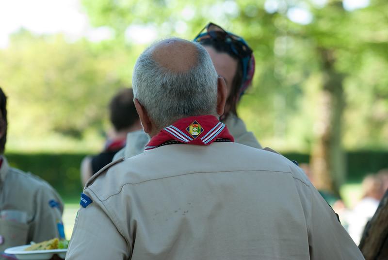 De dos, on admire le foulard EDLN
