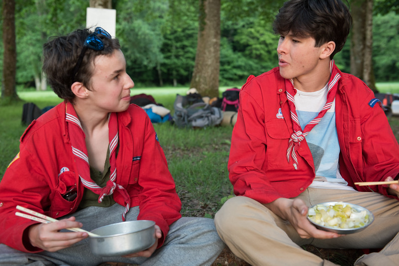 Discussion sur la manière de manger avec des baguettes