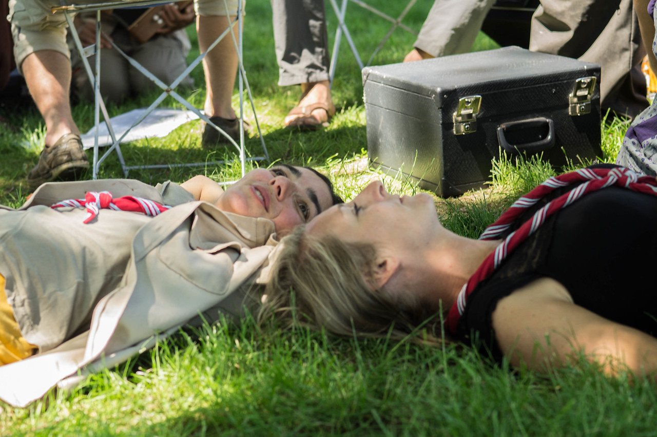 Discussion dans l'herbe