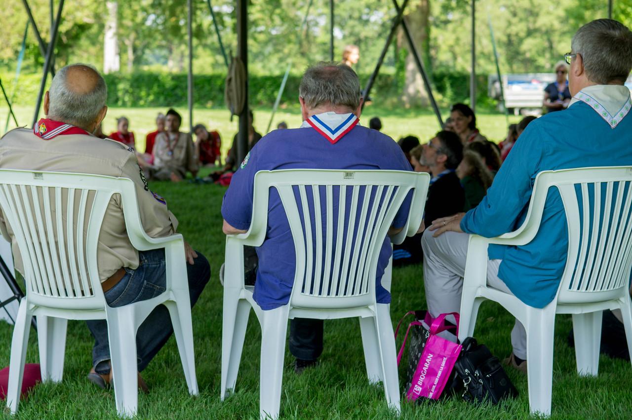 Les intervenants des différents mouvements du Scoutisme Français assis