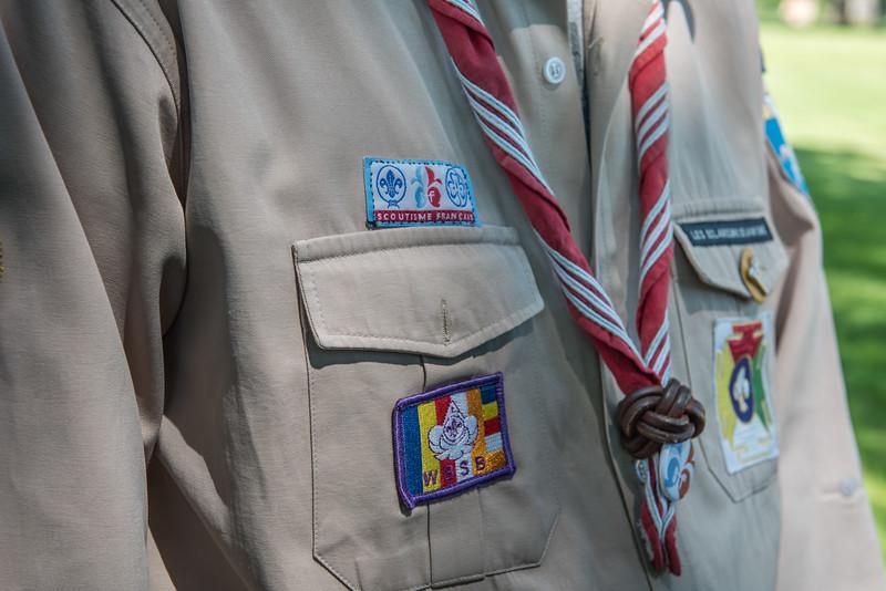 """Maintenant, ils peuvent coudre l'écusson """"Scoutisme Français""""."""