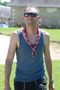 Marc se protège du soleil. Fais comme Marc.