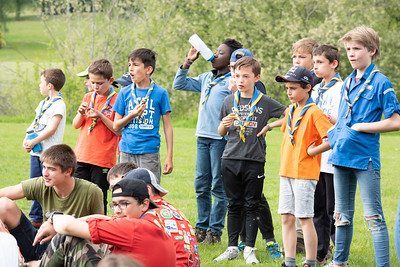 Scouts-Guides des SGDF regardant attentivement le Loto-Vache