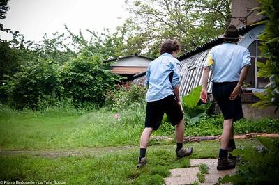 Deux Éclaireurs Unionistes de France en chemin vers les ateliers