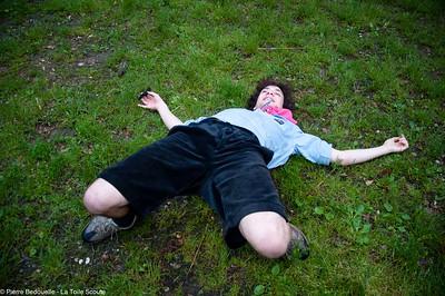 Dans l'herbe mouillée, en attendant la veillée
