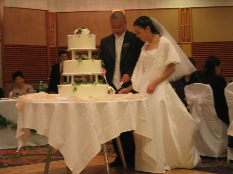 2005 04 23 Saturday - Mike & Amy cut the cake 2