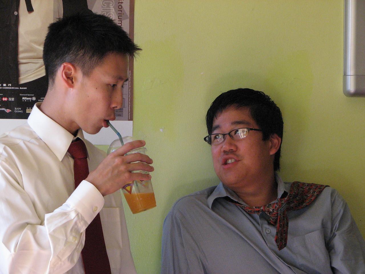 2006 10 08 Sun - In between boba @ Café Verde again - Dave Lee & Eric Liang