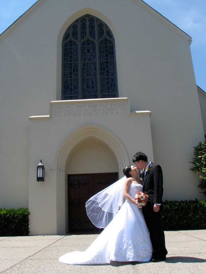 2007 05 19 Sat - Stephen & Cynthia Chang outside church 5 - smoochy