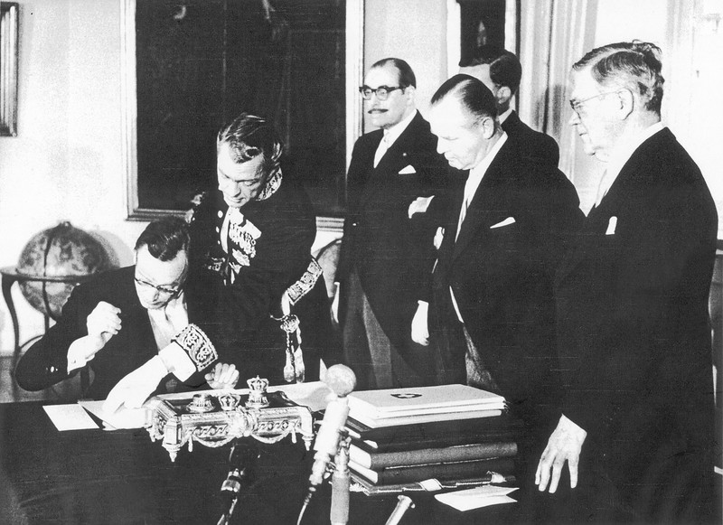 Gottlieb Gut, Swiss Ambassador, signing the EFTA Convention in Stockolm on 4 January 1960. Awaiting in turn from left: Augusto Potier, Portuguese Ambassador, Rudulf Krippt-Redlich, Austrian Ambassador, and Östen Undén, Foreign Minister of Sweden (Photo: EFTA)