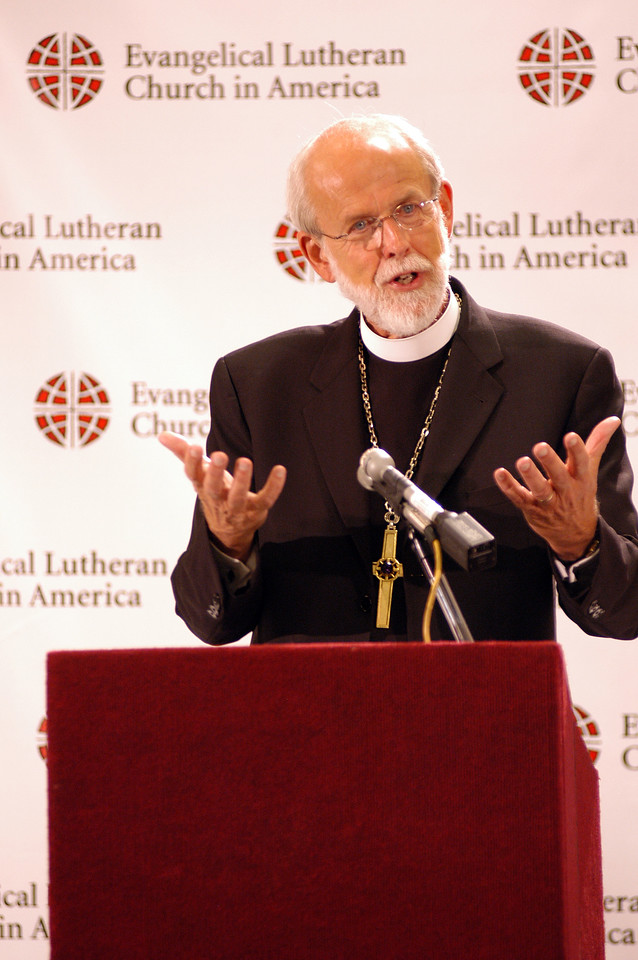 Bishop Mark Hanson addresses the media at the first news conference of the 2007 ELCA Churchwide Assembly.