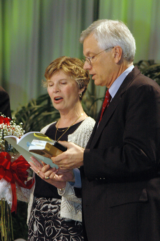 David and Barbara Swartling sing with the assembly following his election as ELCA secretary.