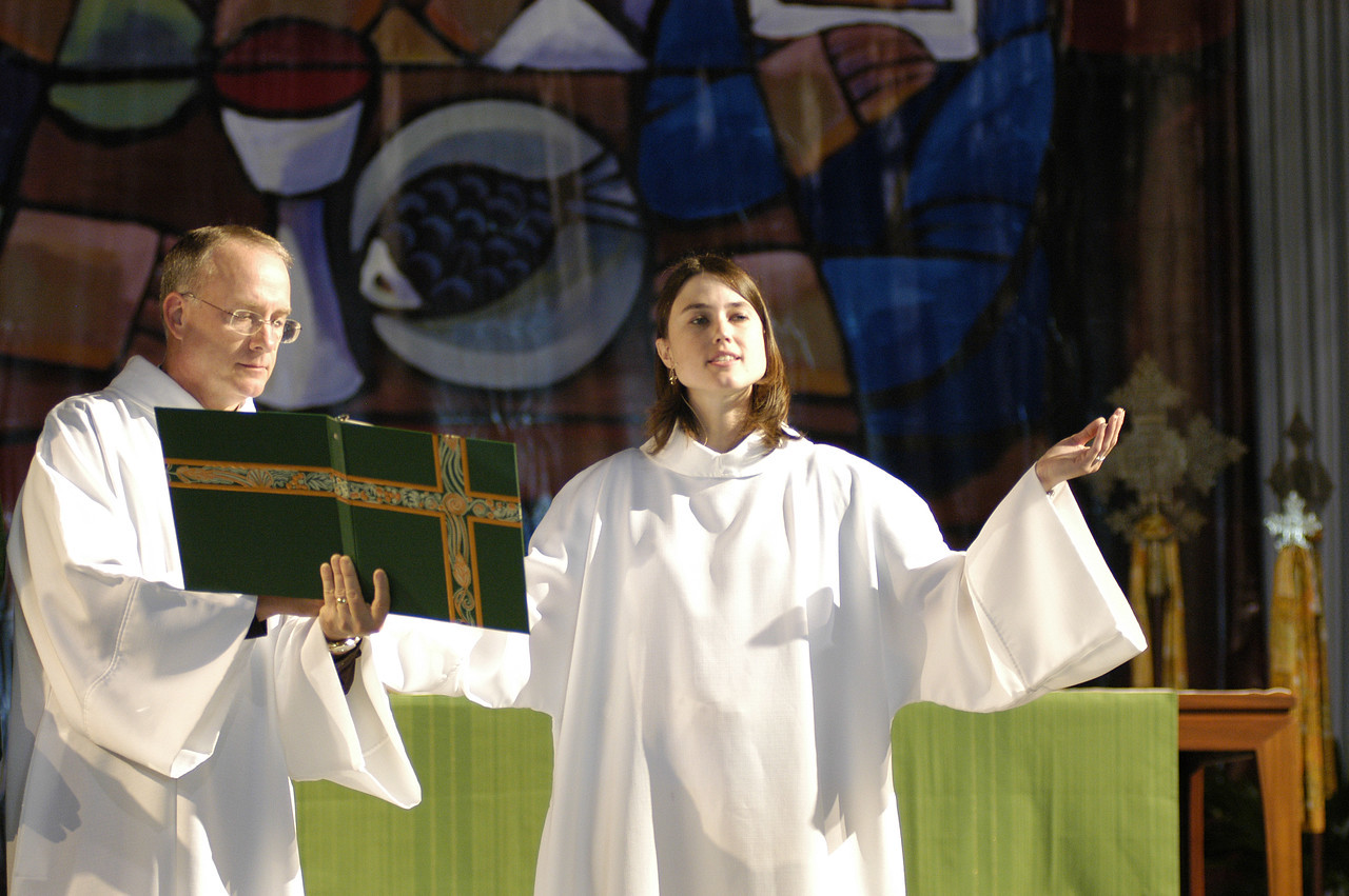 Assisting Minister Christine Van O'Linda leads prayer.