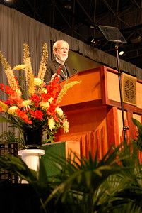 Bishop Mark Hanson starts Tuesday's plenary at the 2007 ELCA Churchwide Assembly.