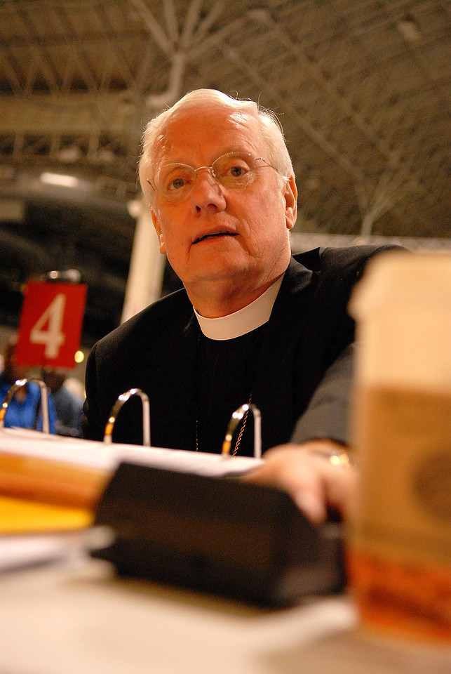 Bishop Paul Landahl places his vote during the Wednesday plenary of the 2007 ELCA Churchwide Assembly.